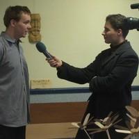A fafaragó interjú közben