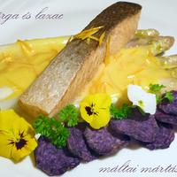 Spárga és lazac máltai mártással, lila krumpli chips-szel