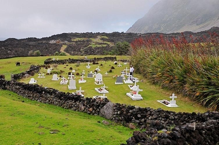 o-pequeno-cemiterio-da-ilha-tristan-da-cunha-sao-registrados-apenas-sete-sobrenomes-diferentes-entre-os-habitantes-da-ilha-1431380715086_753x500.jpg