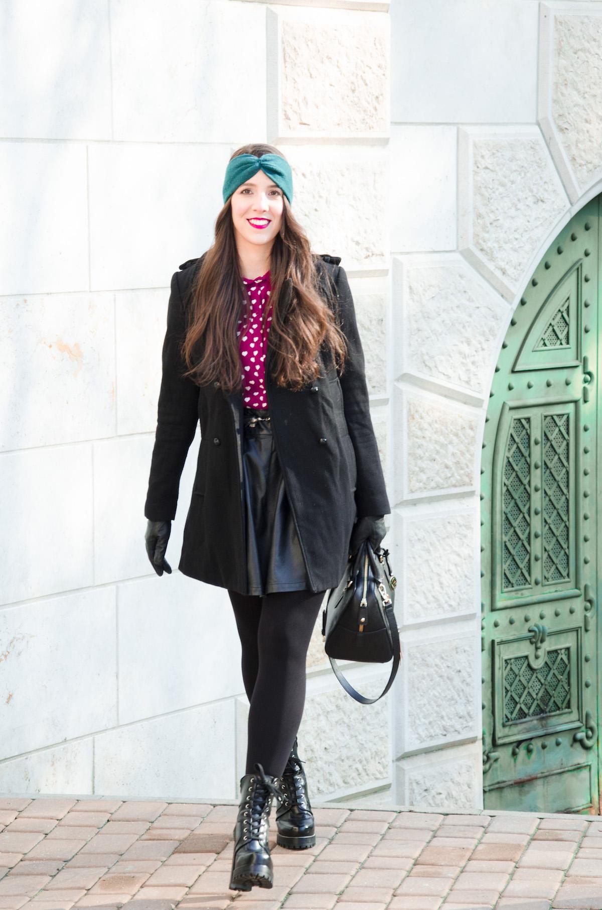 Sima fekete kabát, csavarral: a vállmegoldás és a soros gombolása a kabátnak enyhén a kantonai kabátok világát idézi.
