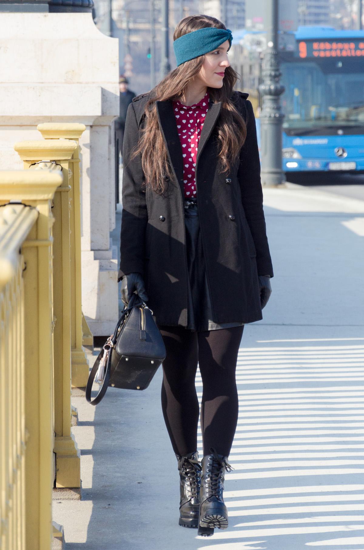 A kabát hossza alapvetően a szoknya hosszával egyezik meg. Az lenne a szabály, hogy ez így legyen: ha több centit lógna ki a szoknya, akkor nem lenne olyan harmonikus az outfit, és az egyébként rövid lábaimat is még jobban rövidítené.