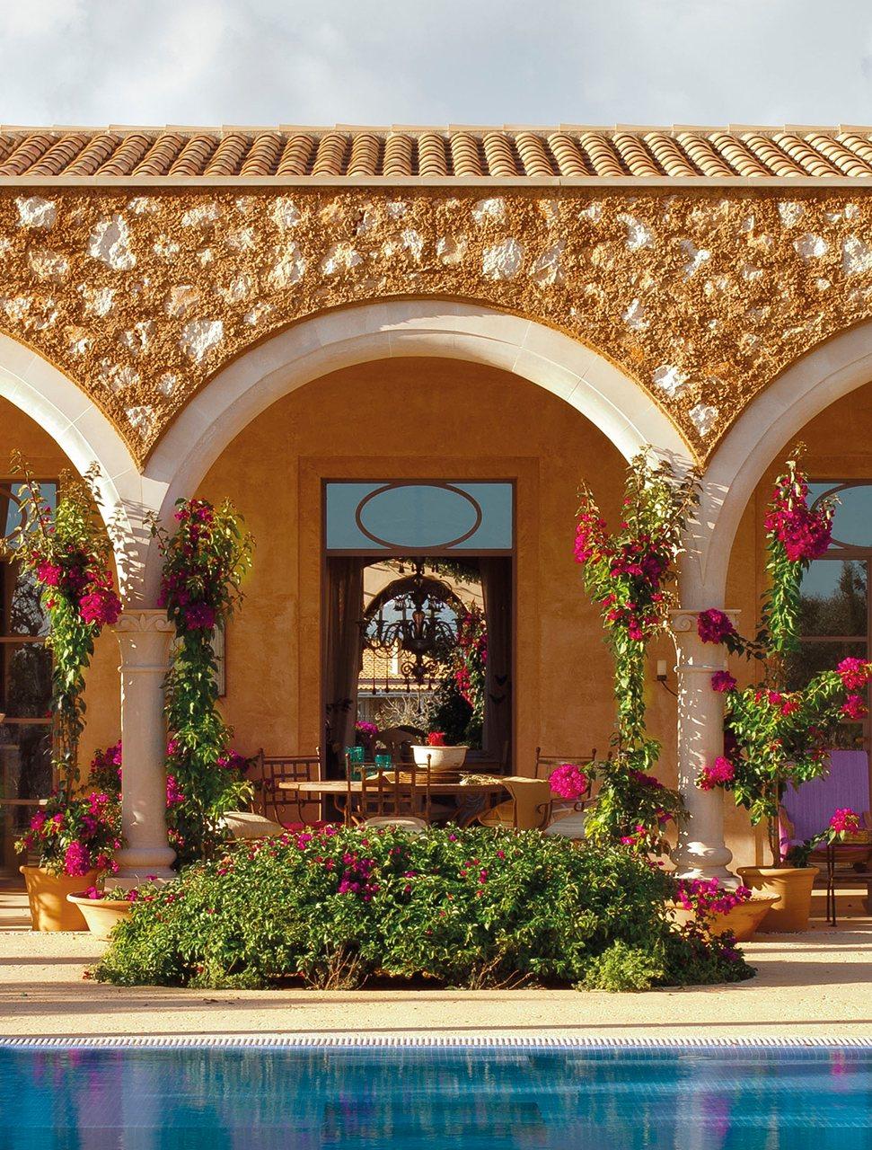 00_porche_con_fachada_de_piedra_y_piscina_971x1280-1.jpg