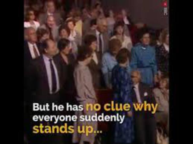 És a teremben mindenki felállt...