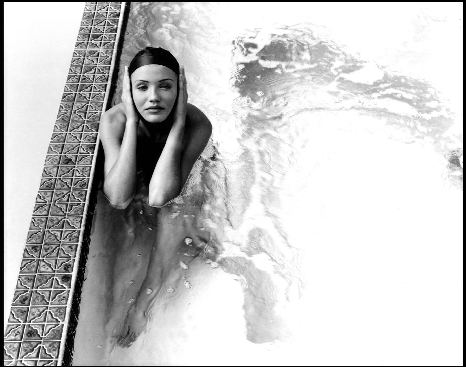 55374_Cameron_Diaz_-_Topless_photoshoot_in_a_swimming_pool0003_123_351lo.jpg