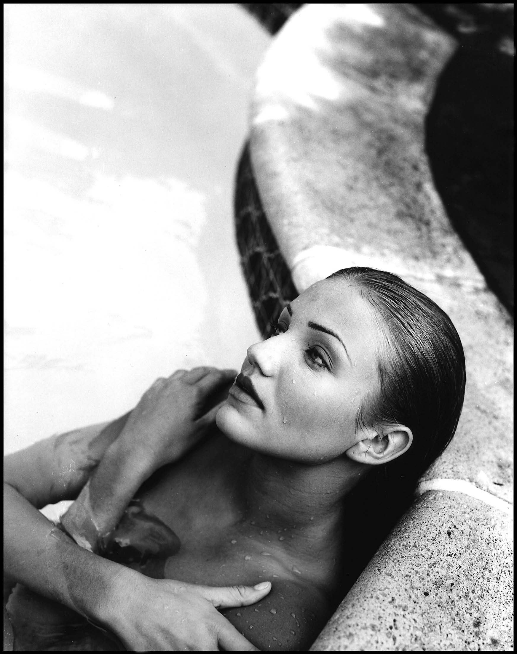 55410_Cameron_Diaz_-_Topless_photoshoot_in_a_swimming_pool0008_123_71lo.jpg