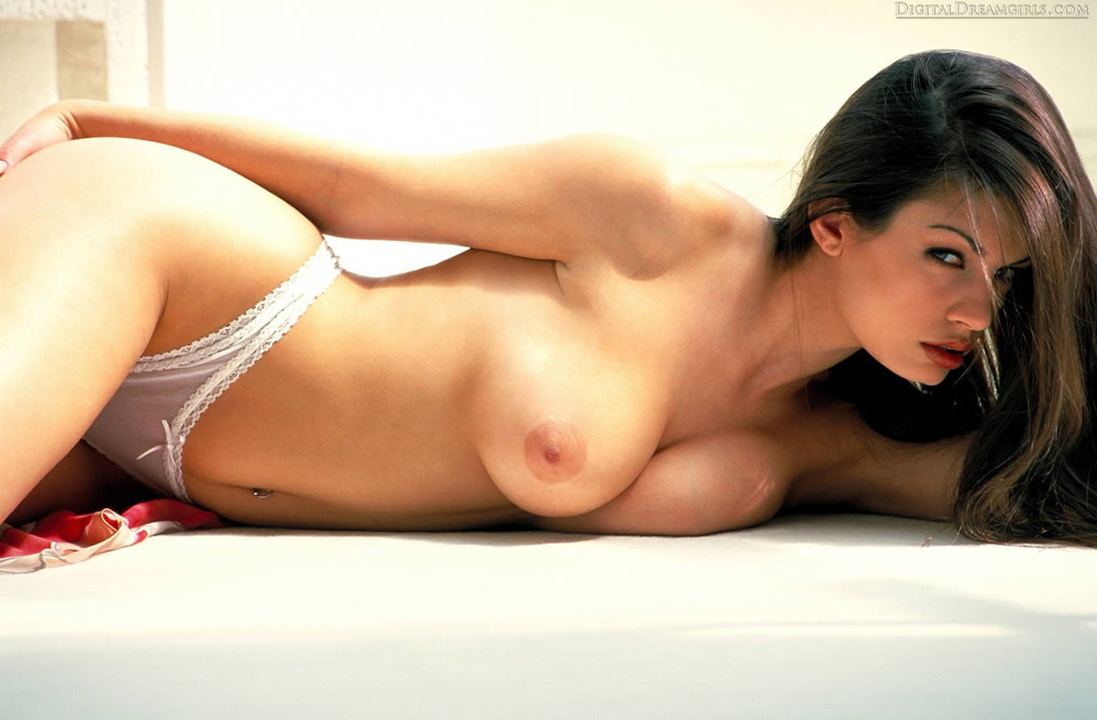 aria-giovanni-showing-her-hot-body-01.jpg