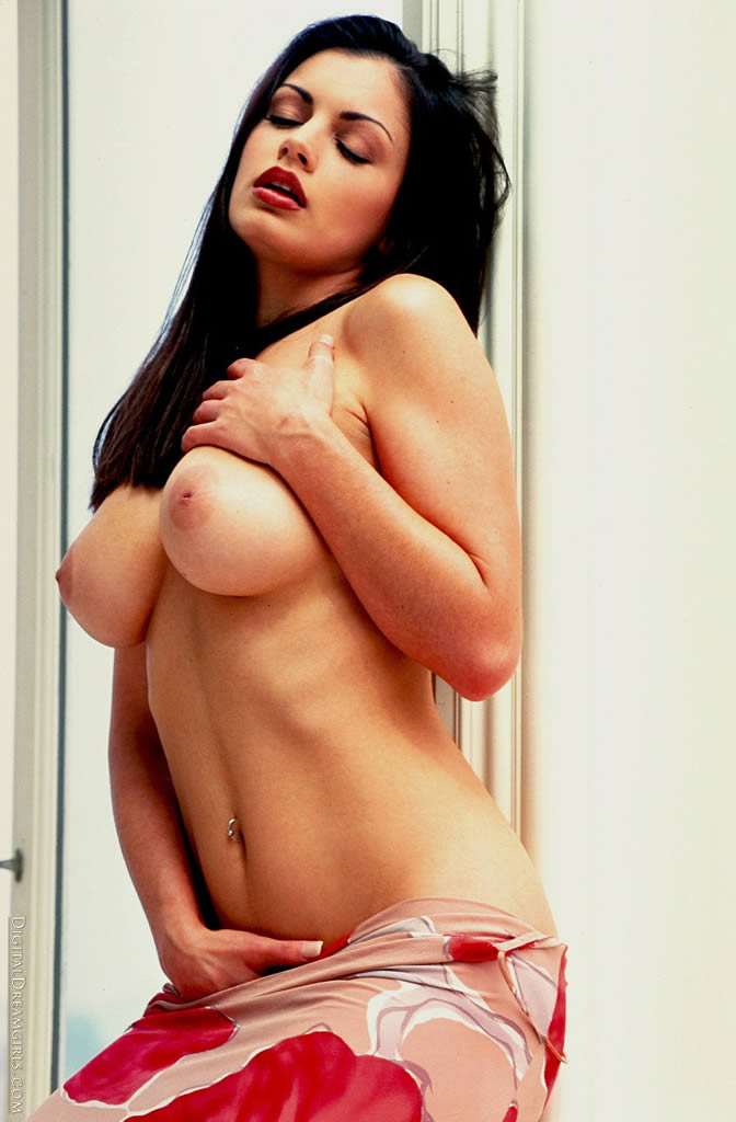 aria-giovanni-showing-her-hot-body-08.jpg