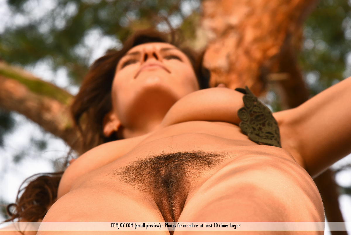 jungle-girl-susi-r-shows-her-hairy-pussy-in-the-woods-02.jpg