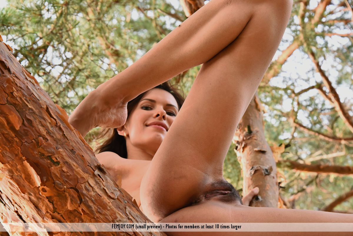 jungle-girl-susi-r-shows-her-hairy-pussy-in-the-woods-11.jpg