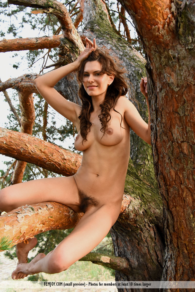 jungle-girl-susi-r-shows-her-hairy-pussy-in-the-woods-15.jpg