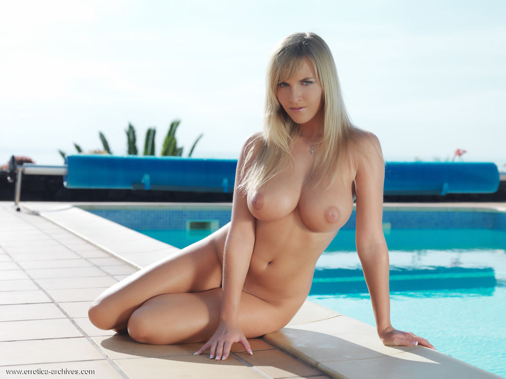 perfectly-shaped-busty-cikita-poses-naked-poolside-02.jpg