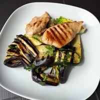 Grillezett padlizsán és csirkemell, salátával