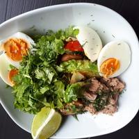 Gyors saláta: tonhal, tojás, zöldek