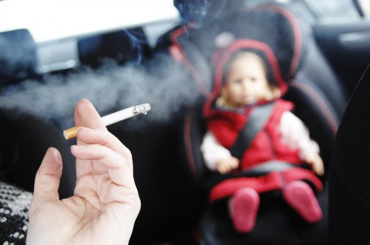 dohányzó sofőr, a hátsó ülésen kisgyermek
