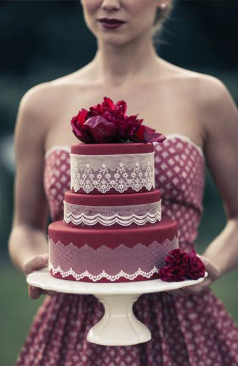 d0a4728afd A menyasszonyi ruha megihlette a mestercukrászokat is, és szép számmal  láttak napvilágot a hófehér, hullámos tortákról készült fotók.