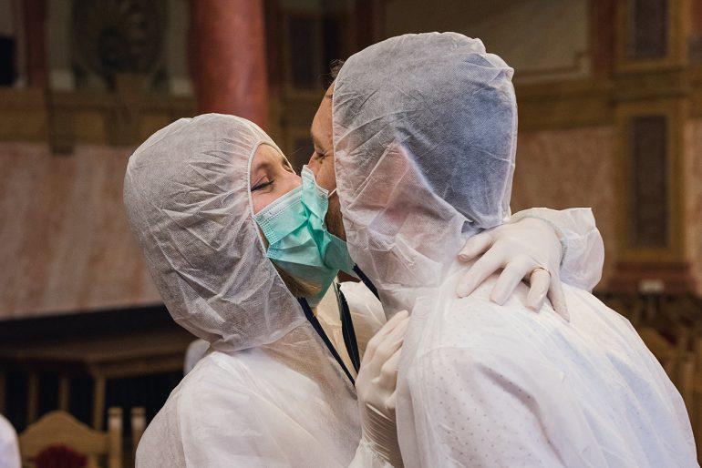 eskuvo-classic-real-wedding-valodi-eskuvo-koronavirus-idejen-eskuvo-teljes-vedofelszerelesben-eskuvo-maszkban-204-01-770x514.jpg