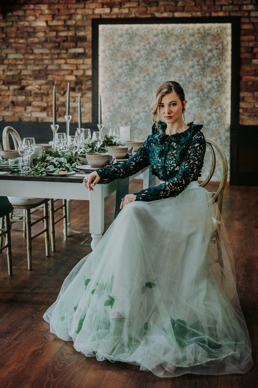 menyasszonyi-ruha-stilushoz-eskuvo-classic-koller-virag-baratok-kozt-alternativ-menyasszonyi-ruha.jpg