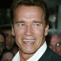 Arnie az arcával csábít borozásra