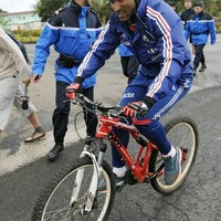 Biciklibalesetet szenvedett Anelka!