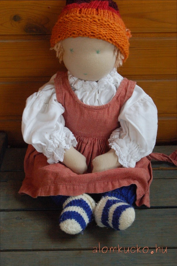 A klasszikus waldorf baba készülhet 30 vagy 40 cm-es méretben. A csecsemő  baba 50 cm-es 754665ec0c