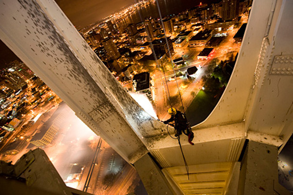 High-flying-cleaners-The-Space-Needle-3.jpg
