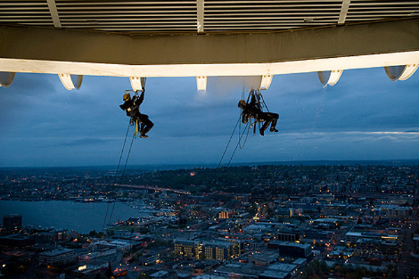High-flying-cleaners-the-space-needle-4.jpg