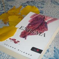 Olvasok, miközben sárgulnak a levelek...