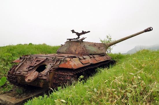 abandoned-tanks-shikotan-island-sakhalin-russia-12-small.jpg