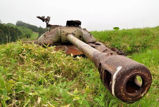 abandoned-tanks-shikotan-island-sakhalin-russia-13-small.jpg