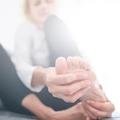 3 fő ok, amitől kialakul a görbe lábujj és a bütyök