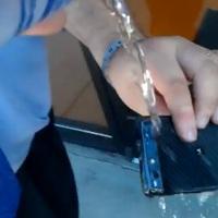 Motorola Droid RAZR, egy pohár víz meg sem kottyan