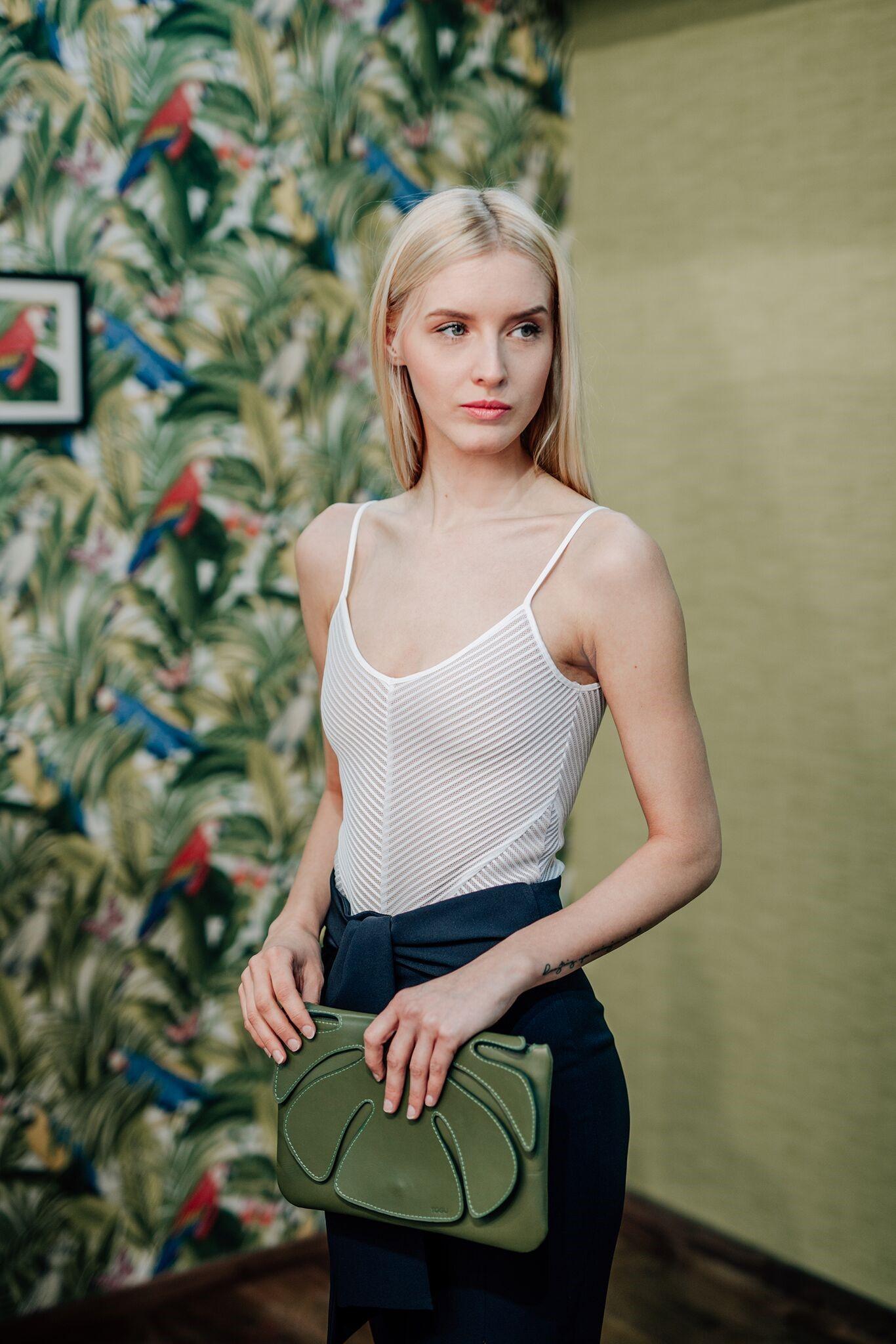 A KE Fashion a harmadik, aki megmutatja az új tavasz- nyári darabjait a közönségnek. KE-fashion, ahol minden ruhadarabban egyediség lakozik. Kovács Erika, a KE-fashion designer cég alapítója és tervezője már gyerekkorában tudta, divattal szeretne foglalkozni. A mára már saját márkát alapító ruhatervező a főváros szívében nyitotta meg szalonját 2015 szeptemberében. Magyar designerként fő profilja az alkalmi ruhák tervezése, de ugyanúgy találkozhatunk az általa kreált céges formaruhákkal hazai rendezvényeken vagy épp saját street style kollekciójával a budapesti utcákon.<br />A KE ruhák tervezése során kiemelt fontosságúnak tartja a vevőivel történő személyes kapcsolat kialakítását, és azt, hogy a megálmodott ruha a megrendelő személyiségével egységes stílust alkosson. Jellemző rá, hogy nem szeret pár darabnál többet gyártani egy adott ruhából, ezzel is hűen képviselve a teljes egyediséget. Imádja a színeket, a formákat, a virágokat, a tüllt és csipkét minden mennyiségben. Ruhái által inkább az egyszerű eleganciát képviseli, kevesebb, de annál aprólékosabb díszítéssel.<br />2017 januárjától Kovács Erika designer cége két fővel bővült, elősegítve a folyamatos növekedési lehetőségek kiaknázását, a külföldi terjeszkedést, valamint idegen tőke bevonását is. Webshopja 2017 nyarán nyílik, így ruháit hamarosan online is megvásárolhatjátok. <br />A KE-fashion 2017-es tavaszi/nyári kollekcióját üde és friss színek, különleges limitált anyagok jellemzik. Nagy szerepet kapott a kollekcióban az idei év színe, a greenery,<br />valamint a pálmaminta használata, a visszatatérő motívumként megjelenő barack és dusty pink is. Kényelmes, mégis nőies darabok. Viseletük azoknak a hölgyeknek ajánlott, akik a legújabb trendek szerint öltözködnének, de szeretnének egyediséget csempészni mindennapjaikba. A kollekció egyes darabjai a Hajós utca 19. szám alatti szalonban márciustól megvásárolhatók.<br /><br />További információ:<br />hello@kefashion.hu<br />www.kefashion.hu<br />https://www.fac