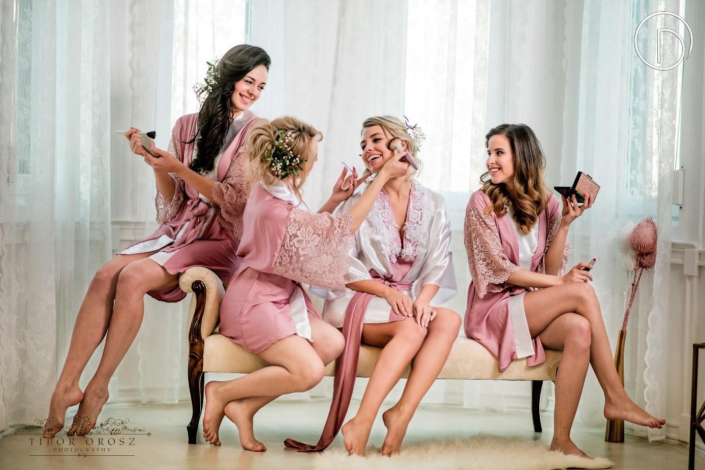 """Majd Orsolya Darcsi köntös és estélyi kollekciója lép a kifutóra. <br /><br />Az ORSOLYA DARCSI idén mutatta be első és a piacon eddig egyedülálló koszorúslány köntös kollekcióit, amellyel a legtöbb nő vágyott napját, az esküvőt szeretné különlegessé és egyedivé varázsolni. Maga a márka 2015-ben alakult, alapvetően a nőiesség és az elegancia megtestesítésére törekszik, amellyel a határozott, intelligens nőket akarja megszólítani. Most korábbi kollekcióinak válogatását láthatjuk, melyeknél az anyagválasztás, a kifinomult fazonok és a púderszínű árnyalatok dominálnak. Az ORSOLYA DARCSI nőideálja nem fél élvezni az életet, hisz a saját személyisége és az öltözködés erejében.<br />""""Az eddigi kollekcióiból egy vegyes válogatás van terítéken, hogy minél több oldalról megismerjenek. Legyen akár szó az Emprimé menyasszonyi köntös kollekcióról vagy egy tavaszi kabátról, estélyi ruhákról. Minden darabban kibontakoztatom a saját ízlésemet, amit egy olyan nőideálhoz hasonlítok, aki határozott, intelligens, elegáns és ízléses, aki nem fél érezni és élvezni az életet. Akinek a gondolatai, tettei harmóniában vannak azzal a személyiséggel, amit a külvilágnak mutat. Aki ösztönösen vagy tudat alatt, de képes az öltözködésével is megmutatni, hogy milyen energikus és mennyire nőies.<br />Anyagok és színek tekintetéből rajongok a visszafogott, púderesebb árnyalatokért, a nőies, már-már babás színekért. Imádom a korall és rózsaszín halvány árnyalatait, a mentát, napsárgát és ezek keverékeit is. Szeretem, ha csempészhetek hozzá némi feketét, ezzel alkotva éles, tekinteteket vonzó kontrasztokat. Anyagválasztásban nagyon törekszem a minőségre, fontos, hogy időtálló anyagokat válasszak."""" – nyilatkozta a tervező. <br /><br />Photo: Orosz Tibor<br />Hair: Danó Renáta<br />Modellek: Beáta Balogh, Kitti Biba, Fatime Balog, Renáta Danó, Mercédesz Jaksa<br /><br />További információ:<br />https://www.facebook.com/orsolyadarcsi.fashiondesigner/?fref=ts<br />(30) 883 2245<br />od@orsolyadarcsi.com"""