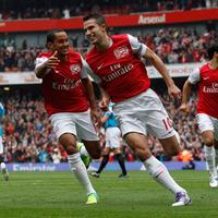 Van Persie nyerte a szabadrúgáspárbajt, az Arsenal meg a meccset