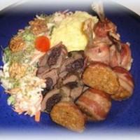 Baconba tekert szárnyas falatkák (csirkeszárny buzogány, pulykafasírt, aszalt szilvával töltött csirkemáj), füstölt sajtos burgonyapürével és körtés salátával tálalva