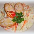 Rakott csirkemell őzgerincben sütve, édes kínai kel salátával tálalva.