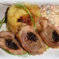 Aszalt szilvával, csirkemájjal és sajttal töltött karaj baconbe tekerve, fehérmártásban