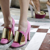 Yves Saint Laurent bearanyozza a lábat