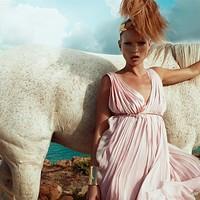 Kate Moss  esete a vízzel és a lóval