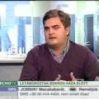 Lakókocsival Bokros Lajos háza elött (Echo TV)