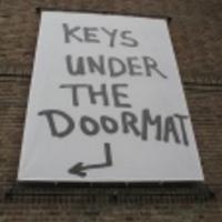 Kulcs a lábtörlő alatt