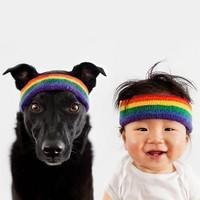 Cuki gyerek és kutya egyformába öltöztetve