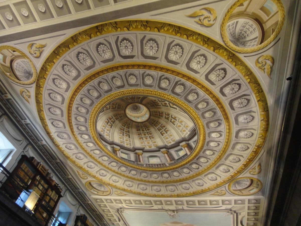 A könyvtár megtévesztésig hű festett kupolája, Sárospataki Református Kollégium Nagykönyvtár [TINTA Könyvkiadó]