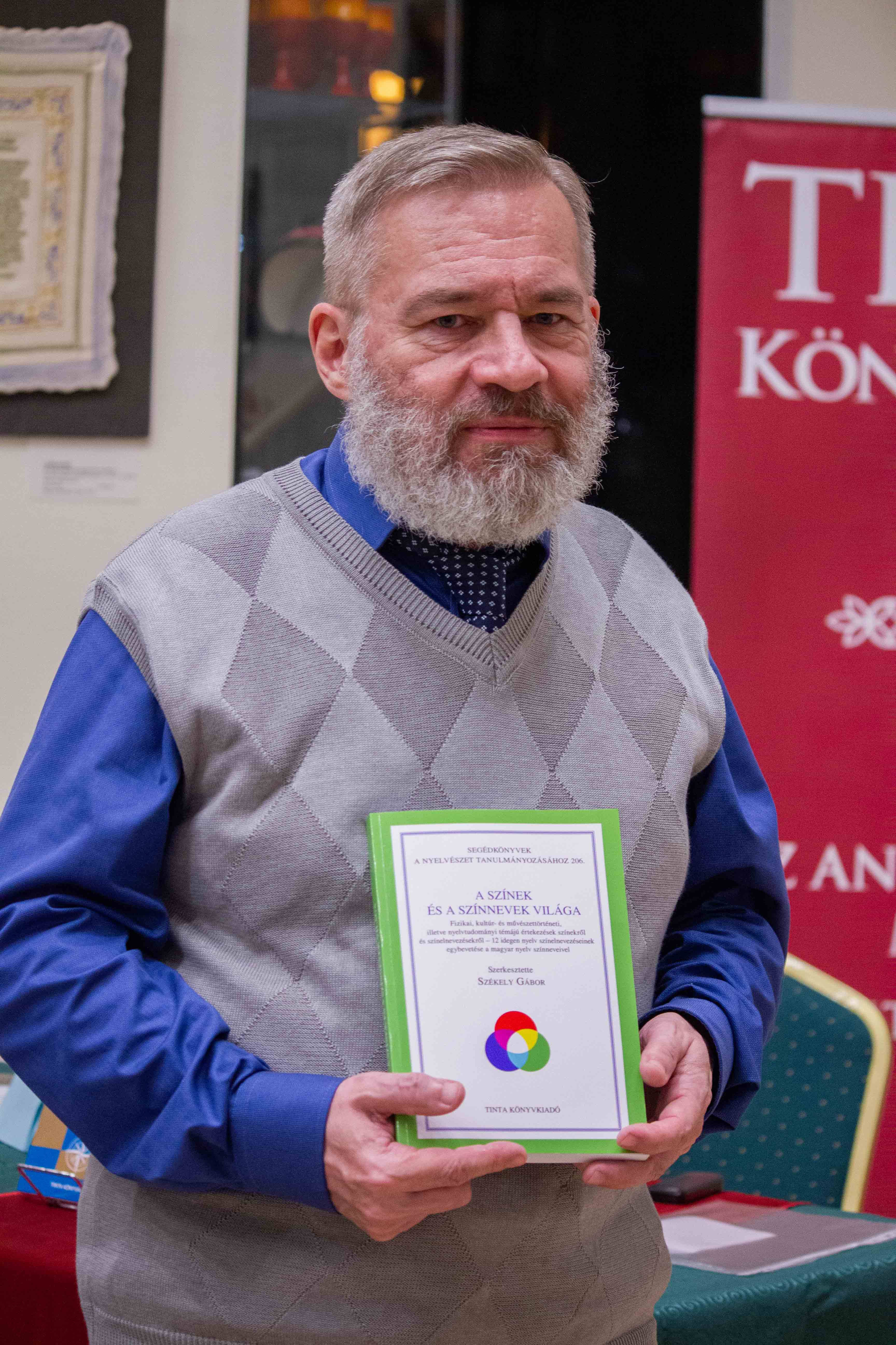 Balázsi József Attila az általa bemutatott könyvvel (Fotó: Terjéki Tamás és Muszka Ágnes)