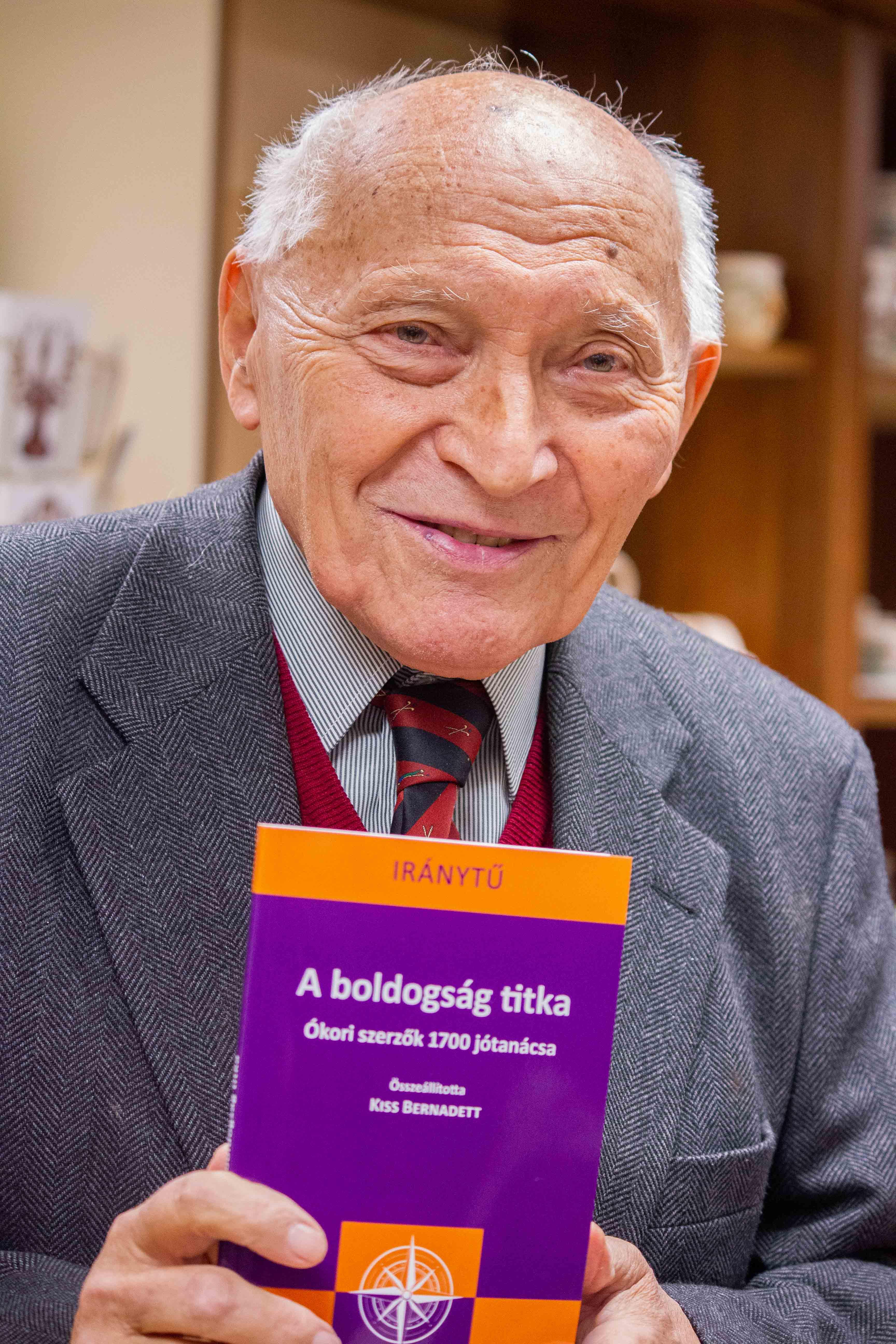 Sediánszky János az általa bemutatott könyvvel (Fotó: Terjéki Tamás és Muszka Ágnes)