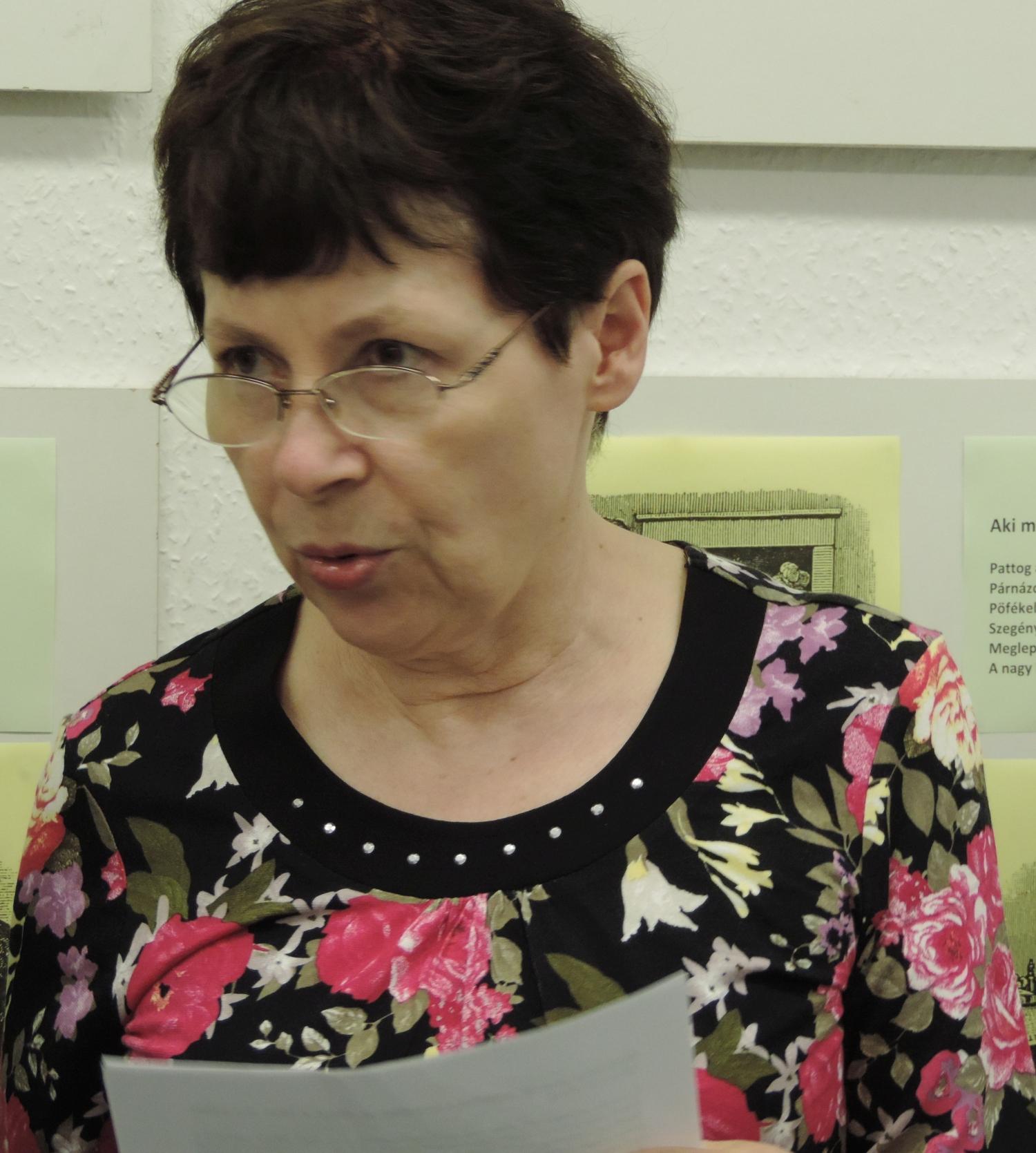 Fábián Zsuzsa lexikográfus-nyelvész, a kiállítás megnyitója