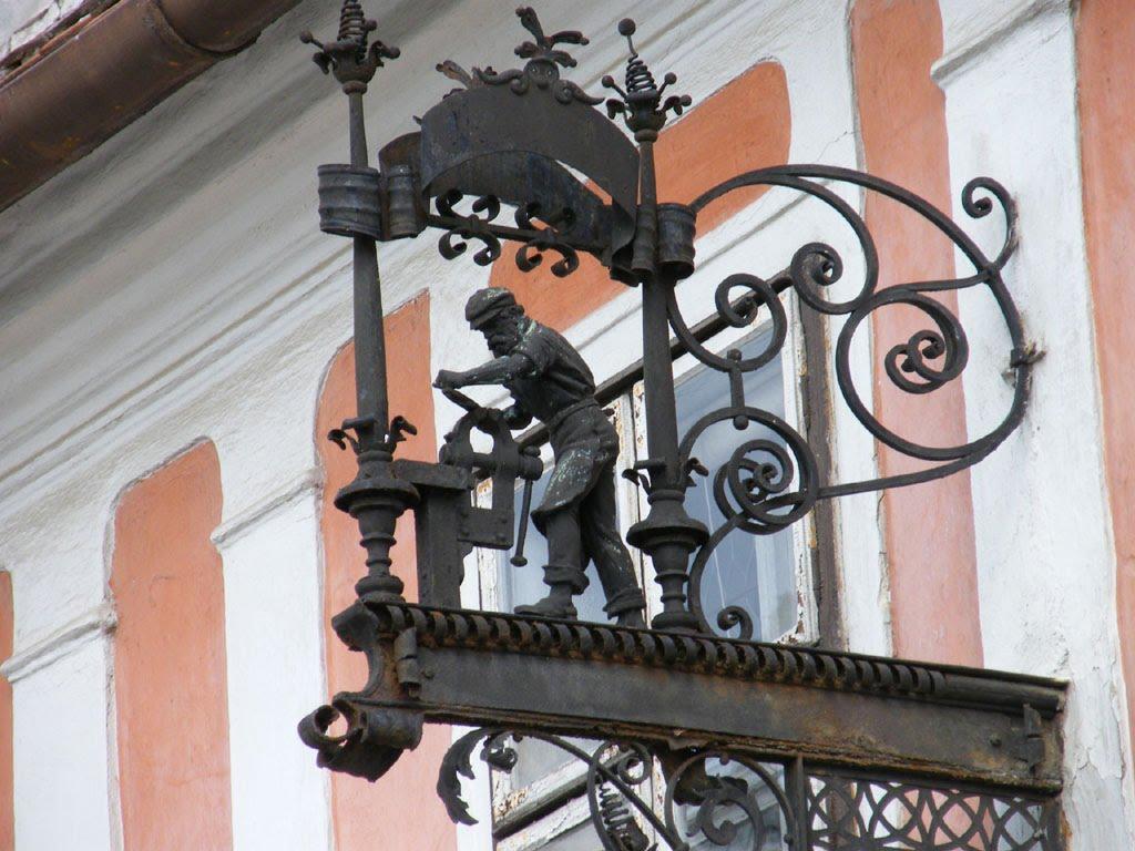 A cégér a vendéglátóipari tevékenység művészi kivitelű jelvénye, amelyet a mesteremberek házuk vagy műhelyük utcai homlokzatára helyeztek vagy a bejárat fölé rúdra akasztottak. E középkori céhes világban kialakult megjelölés utalhat a mesterségre (péknél perec, kádárnál vagy csaplárosnál hordó, szabónál olló, lakatosnál kulcs stb.).