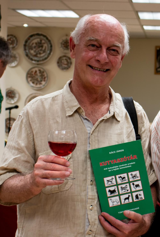 Rácz János saját könyvével (Fotó: Terjéki Tamás és Muszka Ágnes)