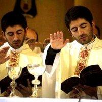 Anyjuk el akarta vetetni őket: az ikrek ma már papok