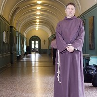 A sztárok papja, aki szexrabszolga volt